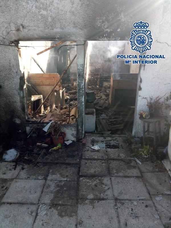 La Policía Nacional rescata a una mujer del incendio en la casa en la que vivía en Estepona