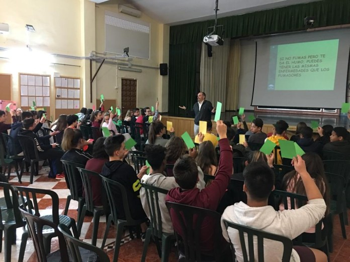 El centro de salud de Vélez-Sur imparte talleres para prevenir el consumo de tabaco entre los alumnos de los IES Juan de la Cierva y Reyes Católicos de Vélez-Málaga