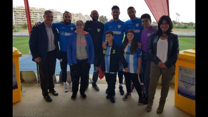 Un grupo de aficionados malaguistas conocen a David Lombán, Cifu y Adrián en el entrenamiento