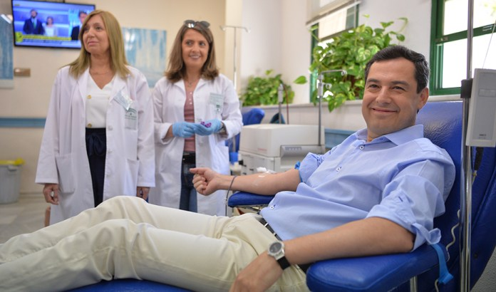 Juanma Moreno inicia una cadena de retos para donar sangre