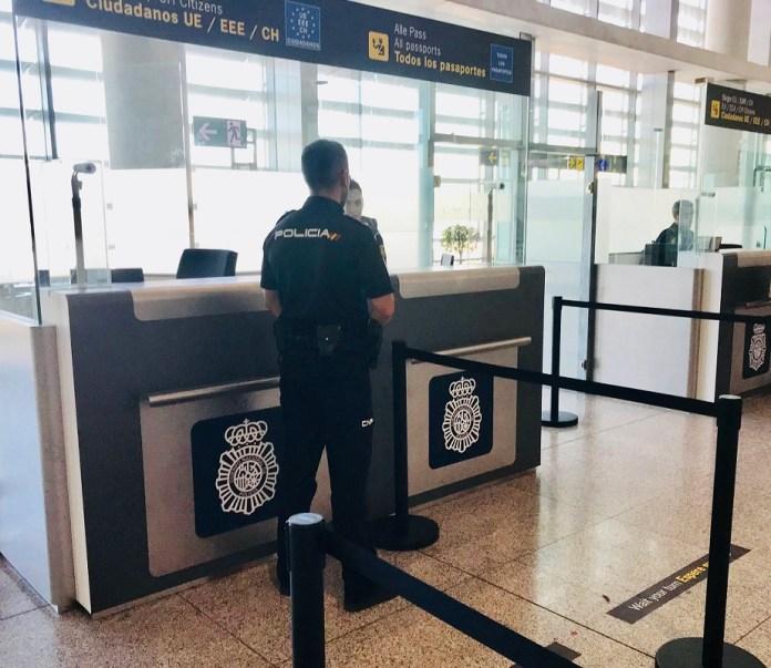 La Policía Nacional detiene en el aeropuerto de Málaga a una mujer cuando se disponía a salir de España usando documentación falsa