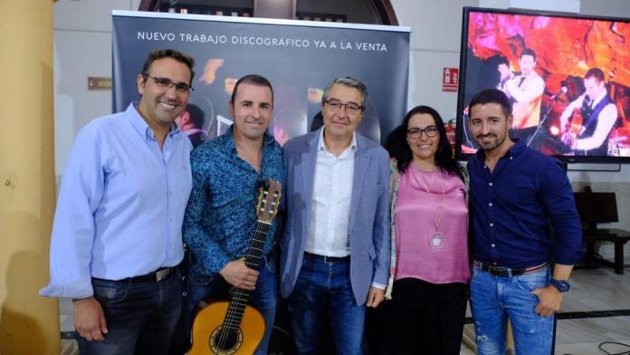 Los Hermanos Ortigosa junto al alcalde de Rincón de la Victoria, Francisco Salado, y el concejal de Turismo, Antonio José Martín, entre otros.