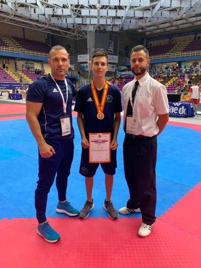 El taekwondista veleño Erik Valverde Aguilar se cuelga la Medalla de Bronce en el Campeonato de España Cadete Junior y Sub 21 2019