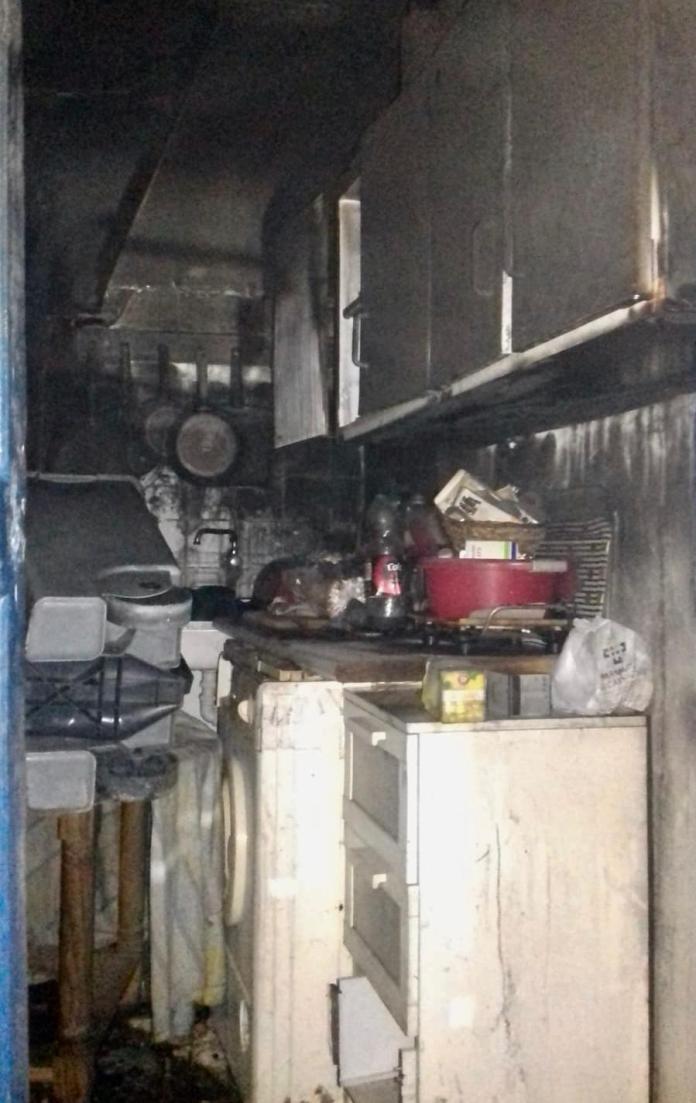 Desalojan un bloque de viviendas por un incendio en Vélez-Málaga