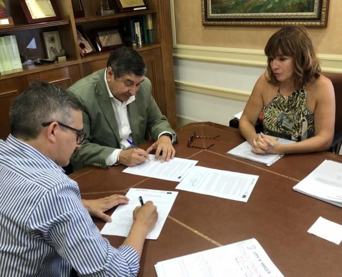 Moreno Ferrer firma el acta de inicio del proyecto de mejora del camino de Cabrillas en Vélez-Málaga