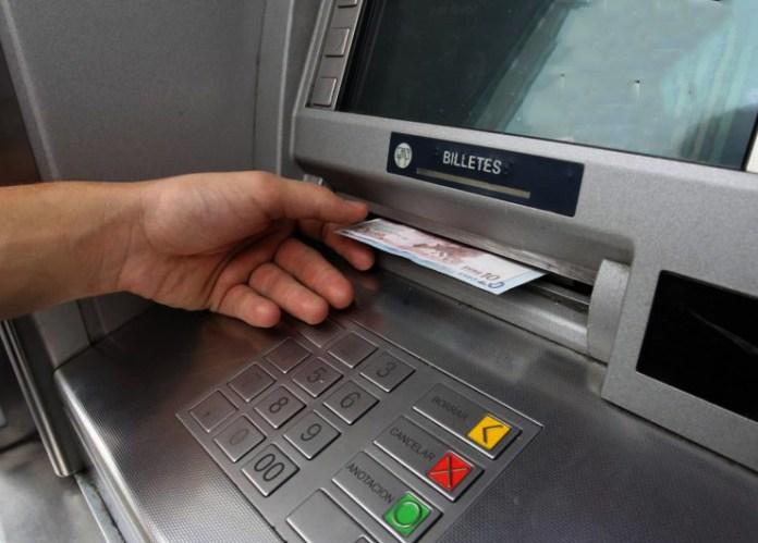 La Policía Nacional detiene a un hombre por sustraer tarjetas bancarias a personas mayores en los cajeros que después utilizaba para sacar