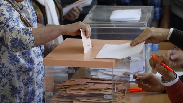 Andalucía elige 61 diputados y 32 senadores