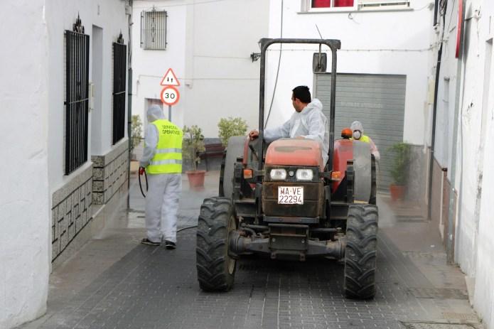 Los agricultores de Torrox se ofrecen para desinfectar a fondo el municipio ante el coronavirus