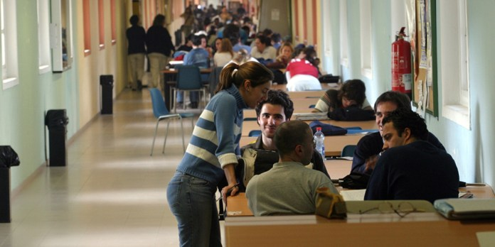 Educación volverá a llamar a profesores interinos en Andalucía después de Semana Santa