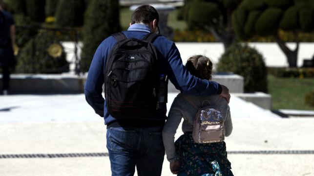 El Gobierno rectifica y anuncia que dejará salir a los niños de hasta 14 años a pasear acompañados de sus padres