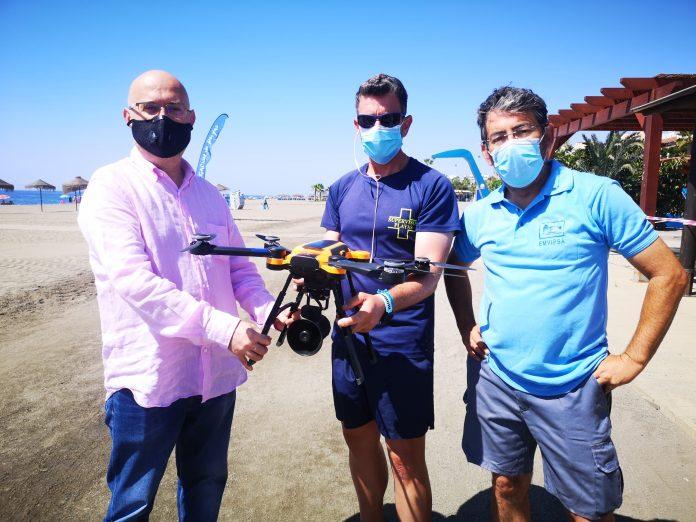 Playas presenta en Torre del Mar un dron de vigilancia y seguridad contemplado en el plan de contingencia