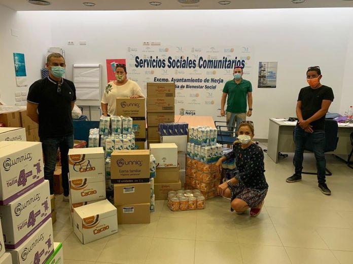 Los taxistas hacen entrega de alimentos a los Servicios Sociales de Nerja
