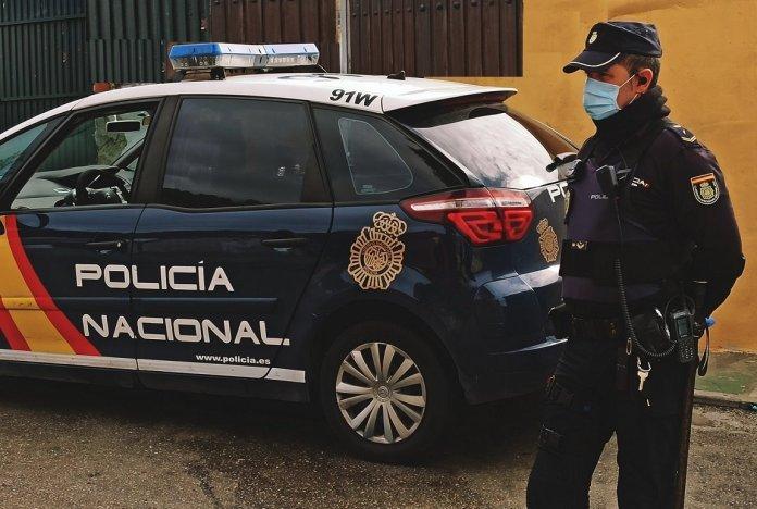 Un agente de la Policía Nacional libre de servicio salva la vida de un hombre de 50 años que se estaba ahogando en una piscina en Vélez-Málaga