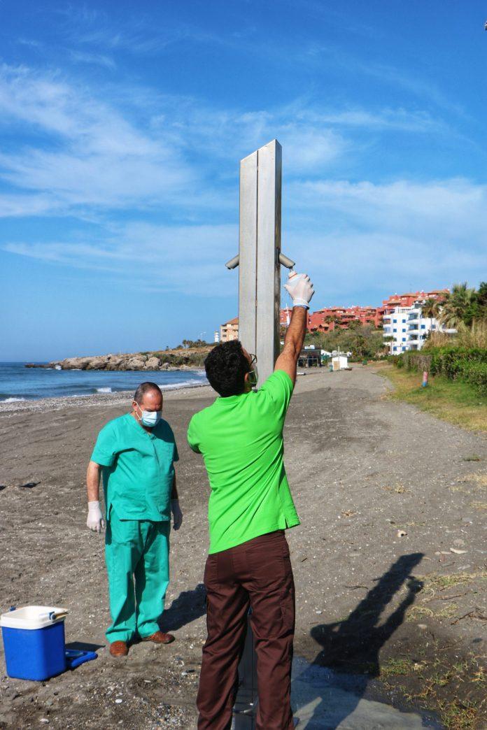 Muestras de arena y agua de las duchas en las playas de Torrox para garantizar su higiene