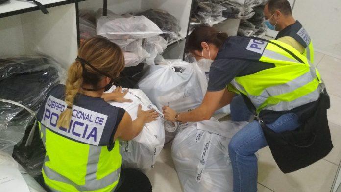 La Policía Nacional se incauta de más de 800 productos falsificados de marcas de reconocido prestigio en un polígono industrial en Málaga