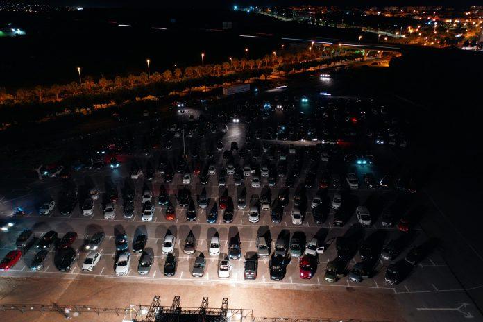 Cerca de dos mil personas disfrutan de la primera edición del autocine de Vélez-Málaga