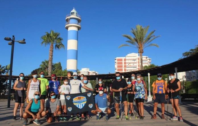Una treintena de participantes conocen la Marcha Nórdica organizada por Playas de Torre del Mar