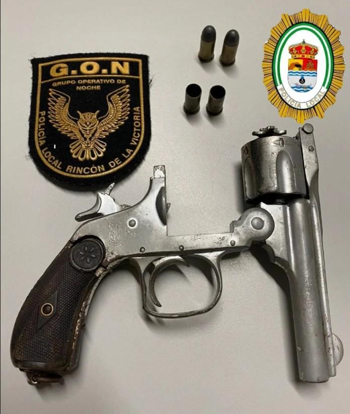 La Policía Local de Rincón de la Victoria detiene a un individuo por un presunto delito de tenencia ilícita de armas y desórdenes públicos