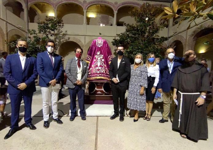 Presentada la nueva túnica restaurada de 'El pobre' de Vélez-Málaga
