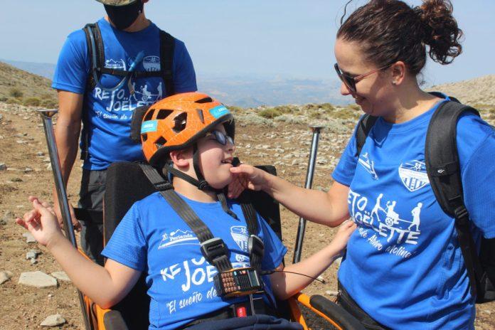 El pequeño Álvaro Molina cumple su sueño de subir a La Maroma con una silla Joëlette