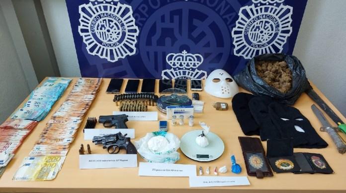 La Policía Nacional ha desarticulado un grupo criminal dedicado al tráfico de cocaína de alta pureza en Málaga. En el marco de la operación Inma, los agentes han detenido a diez personas por su presunta implicación en los delitos de pertenencia a organización criminal, tráfico de drogas y tenencia ilícita de armas, y, además, han intervenido en los diferentes registros.