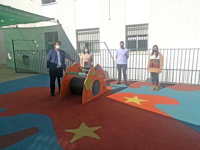 El Ayuntamiento de Benamocarra acomete mejoras en el salón de usos múltiples y patio del colegio