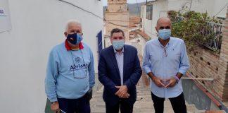 Con un presupuesto de 48.000 euros el Ayuntamiento de Vélez-Málaga va a reestructurar la calle Almudena del histórico barrio De la Villa, así lo han anunciado el alcalde Antonio Moreno y el concejal de Infraestructuras, Juan García.