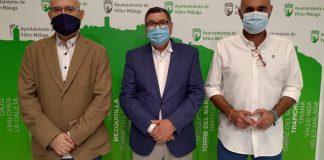 El alcalde de Vélez-Málaga, Antonio Moreno Ferrer, el primer teniente de alcalde, Jesús Pérez Atencia, y el concejal de Infraestructuras y Aguas, Juan A. García, informaron de las obras que se llevarán a cabo con el fin de realizar mejoras en el abastecimiento y saneamiento de numerosos puntos del municipio; cuya inversión municipal es de más de 108.000 euros