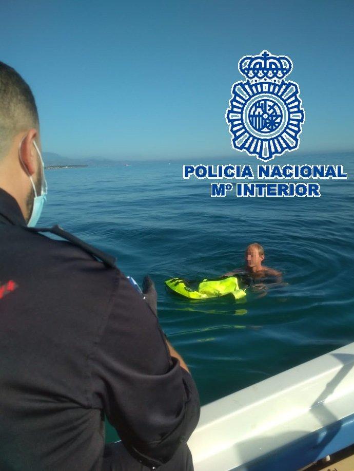 Detenido en Almayate un agresor sexual que se adentró en el mar y permaneció dos horas junto a una boya