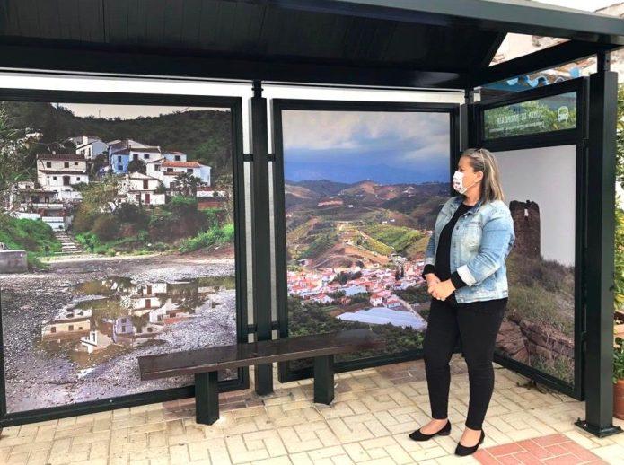 Las paradas de autobús de Triana y El Trapiche se decoran con fotografías tomadas por sus vecinos