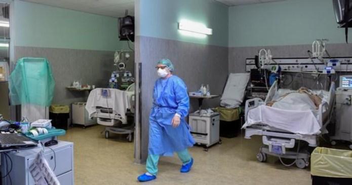 3.335 pacientes con COVID-19 permanecen ingresados en los hospitales andaluces