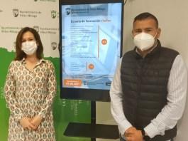 El concejal de Juventud, J. Hipólito Gómez, acompañado por la gerente de la empresa formativa Matricula 10, Cynthia Díaz, presentó los diferentes cursos disponibles.
