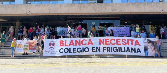 Manifestación de apoyo de los vecinos de Frigiliana para la escolarización de Blanca Sánchez García en el colegio de la localidad.