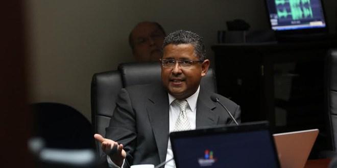 Organizaciones exigen agilizar demanda en contra de ex presidente Francisco Flores