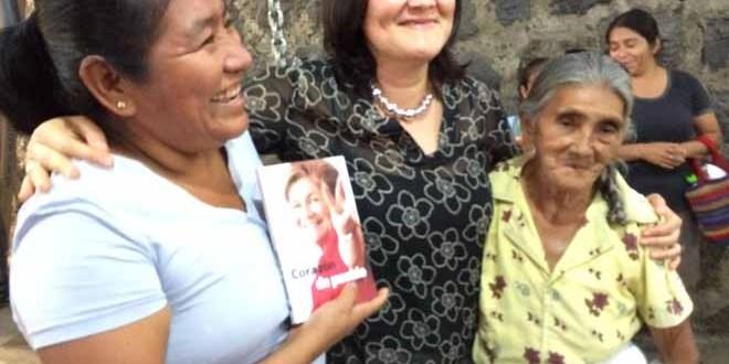 """Mujeres de Panchimalco reciben con optimismo y compromiso libro """"Corazón de Pueblo"""""""