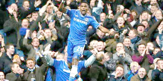 Eto'o fulmina al United y hace soñar al Chelsea