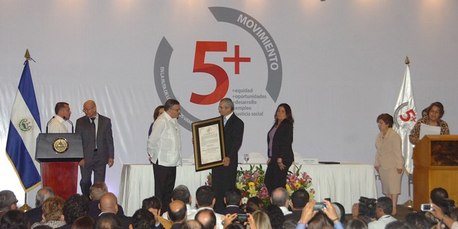 Movimiento 5+ entrega reconocimiento a  presidente Funes por su lucha contra la corrupción