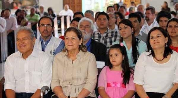 Candidato presidencial del FMLN entrega candidatura a Dios y a Monseñor Romero