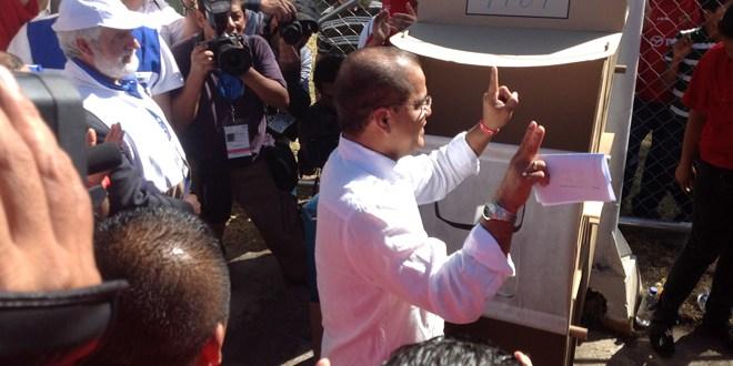 Oscar Ortiz emite su voto