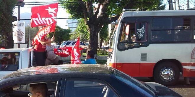Caravanas de simpatizantes del partido FMLN circulan en San Salvador