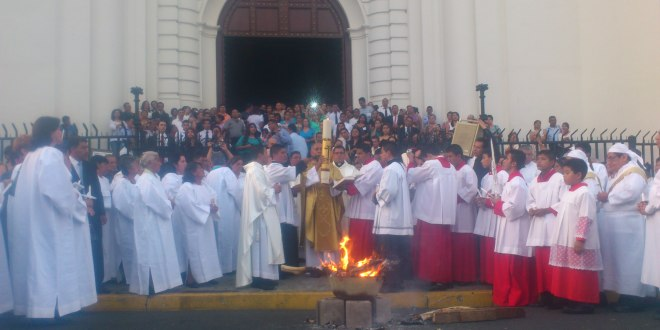 Feligresía realiza bendición del fuego pascual