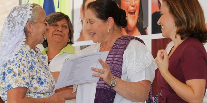 Actriz mexicana apadrina graduación de usuarias de Ciudad Mujer