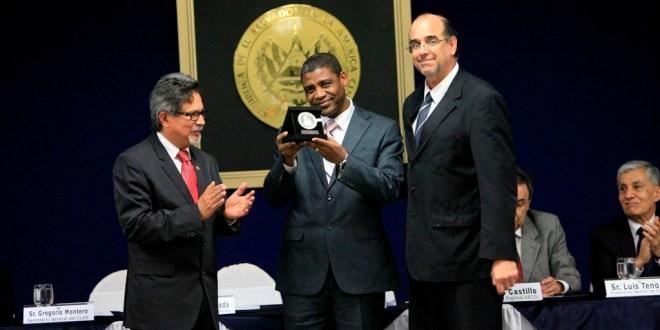Gobierno salvadoreño reconoce trabajo  a diplomáticos y entrega medallas al mérito