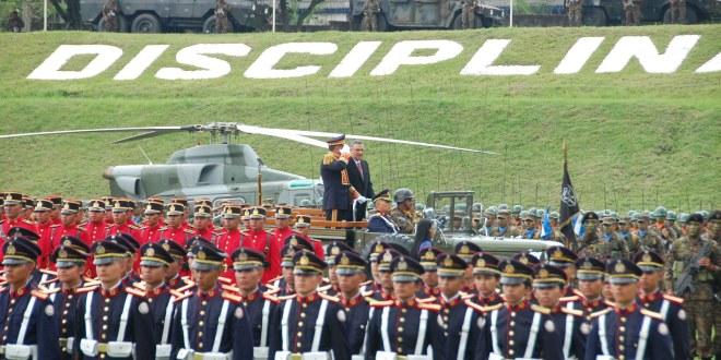 FAES condecora a Presidente Funes por su labor de fortalecimiento a la Defensa Nacional