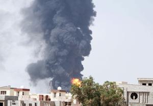 Más de cien muertos en combates en Libia, los extranjeros abandonan el país