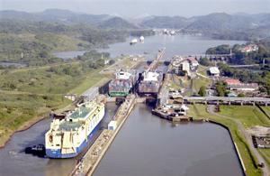 Canal de Panamá cumple 100 años en plena expansión y amenazado por competencia