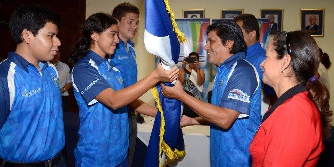 Atletas que participaron en los Juegos Deportivos Centroamericanos Estudiantiles del CODICADER, categoría 15-17 años, devolvieron el pabellón a autoridades de INDES. Foto Diario Co Latino/Cortesía INDES.