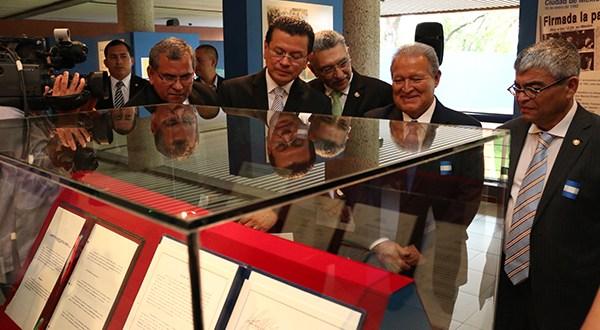 Mandatario inaugura exposición sobre los Acuerdos de Paz