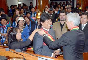 Evo Morales jura tercer mandato con fuerte apoyo y amenaza de crisis
