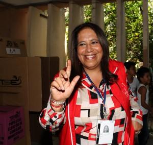 Nidia Díaz diputada del FMLN, durante su votación en el INFRAMEN.  Foto Diario Co Latino/Angel Barahona.